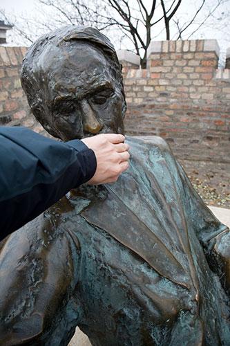 Zoltán Kodály, Komponist mit Hand im Gesicht