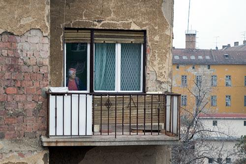 Oma am Fenster ihres Balkons, Budapest