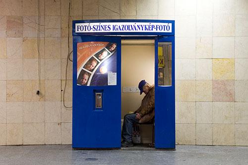 Schlafender Penner im Passfotoautomat